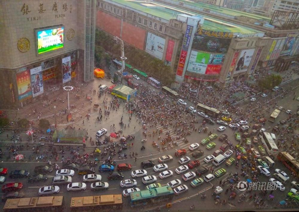 男子市区欲跳楼 数千人围观致交通瘫痪
