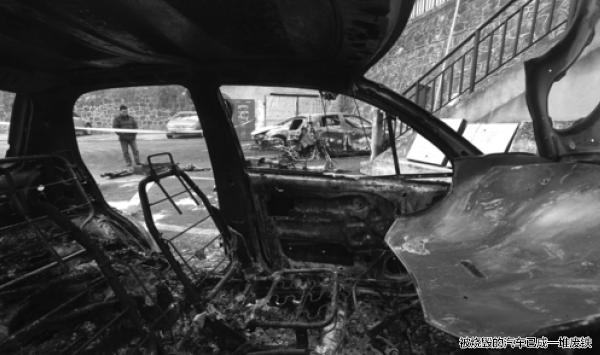老年代步车充电引大火 多辆车子被烧毁(图)