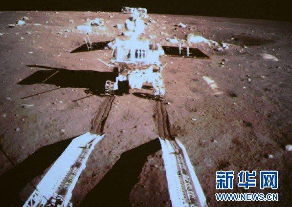 嫦娥三号着陆器与巡视器分离 玉兔驶上月面
