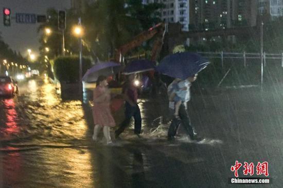 """受""""环高""""残留云系与冷空气共同影响,海南省海口市9月15日出现大到暴雨,同时伴有强对流天气。据监测,从8时至20时,海口市区普降暴雨,局部大暴雨,降水量在90至140毫米之间。 洪坚鹏 摄"""