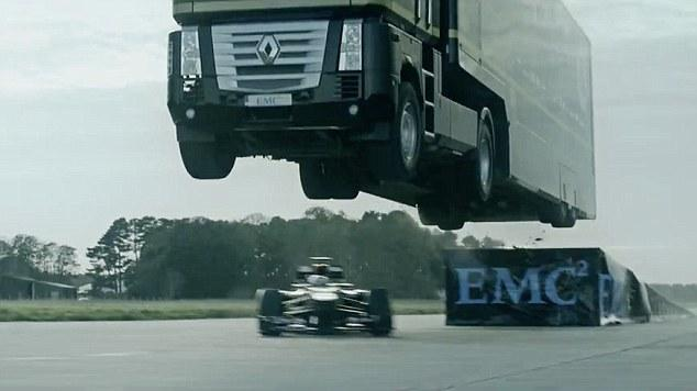 16吨卡车高速飞越斜坡 F1赛车下方穿越破纪录