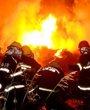 消防队员正在现场灭火