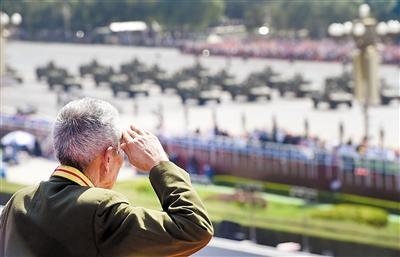 一位老兵在天安门城楼上观礼。