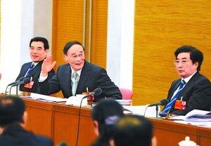 王岐山来到他所在的北京代表团,与代表一起审议政府工作报告。