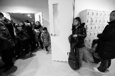 等待面试的孩子因报名的人太多挤到楼道里