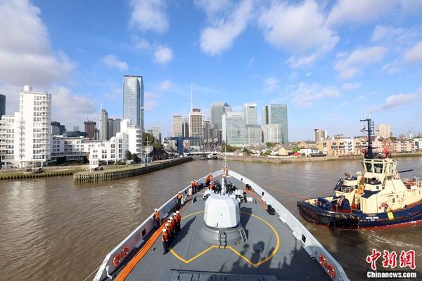 中国海军护航舰队首次抵达英国伦敦访问