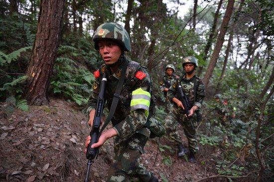 2012年08月10日,重庆,武警重庆总队调集兵力,开始进入歌乐山一带山脉,开始进山搜捕枪案疑犯。
