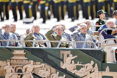 昨日,中国人民抗日战争暨世界反法西斯战争胜利70周年纪念大会隆重举行。这是抗战老兵乘车方队。 新华社发