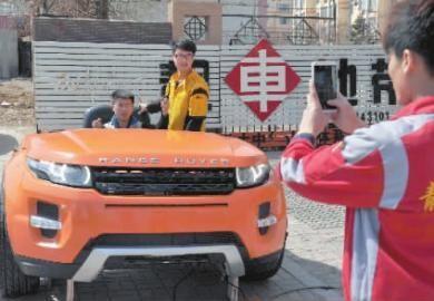 工人与路虎吧台合影 新文化记者 吴廷 摄