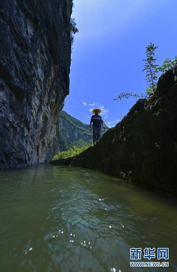 """湖北深山山崖上现人工水渠 被称""""绝壁天河"""""""
