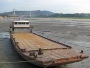 湖北郧县汉江段搁浅的货船