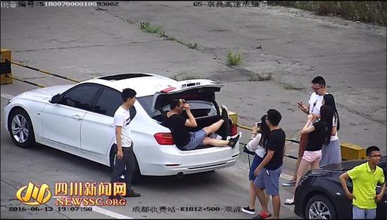 男子高速禁停区停车花式自拍 被罚款200元记3分