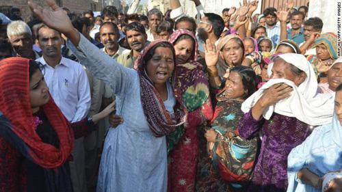 被烧死的夫妻亲人痛哭流涕。图片来源:CNN