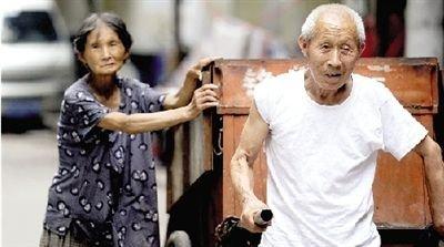 7旬老夫妇为还3个儿子结婚债务捡废品17年(图)