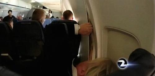 美国客机飞行途中机舱隔板破裂 紧急降落(图)