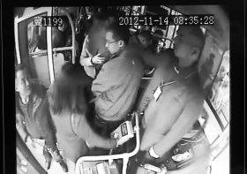 小偷公交车上偷乘客手机 司机发现后高声喝止