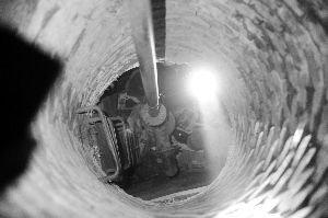 高清图—朝阳区丽都花园路丽都广场南门西侧北漂男子住井底