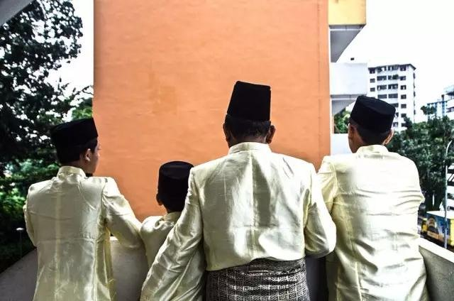 Mohammed Samsuri住在一个45平米的公寓里,家里有他和妻子,还有六个孩子。由于受教育水平不高,他没有工作,所以他对新一轮的人口增长以及人口增长带来的工作竞争颇为担忧。照片拍摄的是他和他的三个孩子在他们的公寓外面。