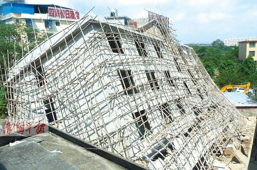 市一栋在建的6层楼突然整体倒塌,砸坏旁边两栋楼房,幸无人员伤