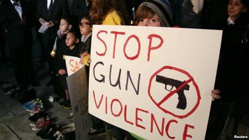 美国枪击案小镇举行更多葬礼 政府研究控枪对策