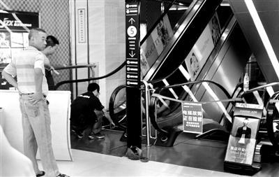 """安良百货""""吃人""""电梯已被关闭检修 供图/CFP"""