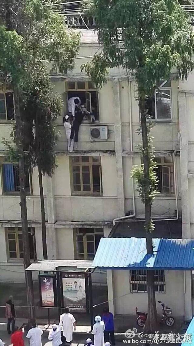 成都 1 名护士为救轻生病人 翻出三楼窗户