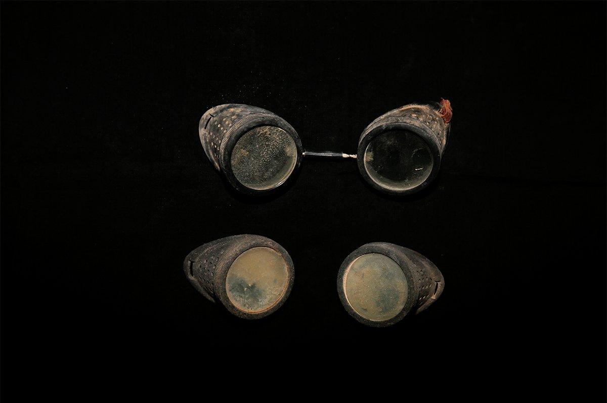 护目镜。从李中华的遗体发现处,找到了这两幅护目镜。据米兰农场老人辨认,这不是核试验的护目镜,而只是当时民用的护目镜。但为什么会携带两幅,并且一副有损坏,这就不得而知了。