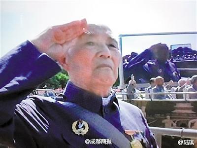 102岁的老兵陈廷儒行军礼。