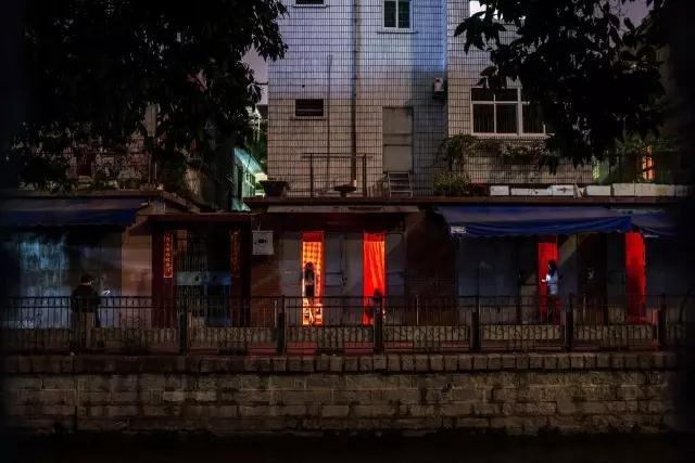 城中村红灯区。摄影/射小箭