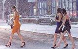 寒流挡不住英国人过节的热情:雪天光腿出行