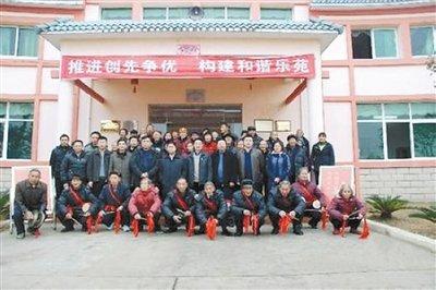 引发广泛批评的官员与老人合影照。图/江西省民政厅网站