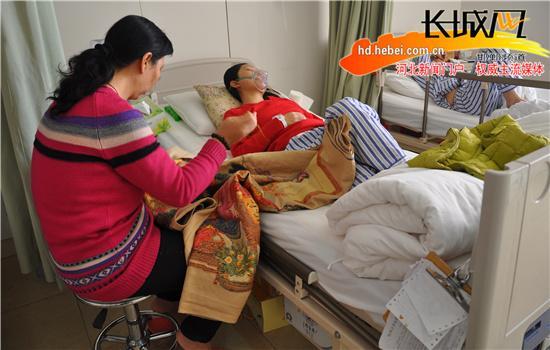 小薇母亲在女儿的病床边刺十字绣