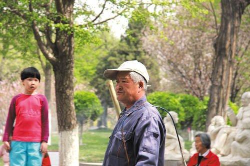 北京一公园保洁员酷似赵本山 被游人要求合影_首页小图_中国广播网