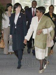 安倍晋三的夫人昭惠在官邸会见到访的纳米比亚总统波汉巴的夫人(右)。