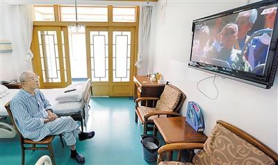 在南京军区南京总医院,87岁的抗战老兵王堃收看大会直播。