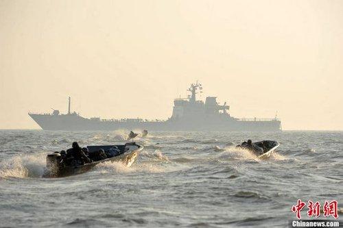 解放军海军近日在南海举行大规模军事训练