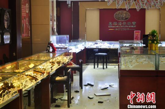 湖南娄底警方侦破两起持枪抢劫金店案(图)
