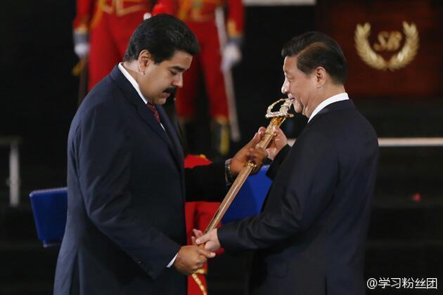 委内瑞拉总统马杜罗向习近平授予玻利瓦尔剑