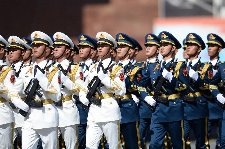 中国人民解放军三军仪仗队方阵行进在阅兵式上.俄罗斯5月9日在莫