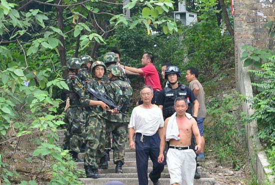 昨日,武警重庆总队调集兵力,开始进入歌乐山一带山脉,开始进山搜捕枪案疑犯。