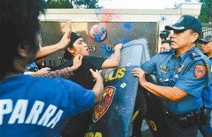 4月16日,在马尼拉,抗议军演的示威者与菲律宾警察在美驻菲大使馆前发生冲突。 新华社/法新
