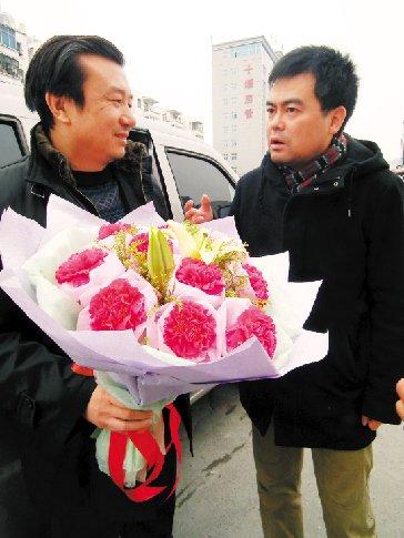 媒体人士邓飞(右)专程接郭元荣出院 金武