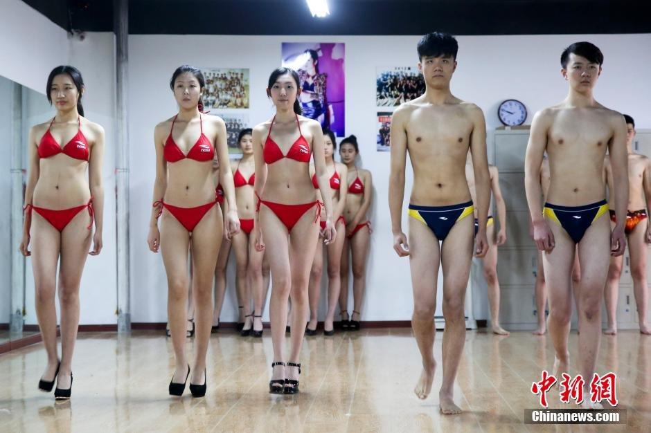 山东省青岛市,报考模特专业的艺考生备战2015年艺考上演比基尼秀,帅哥