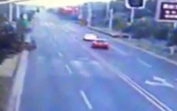 苏州一奥迪追尾教练车 司机被抛出天窗轧死(图)