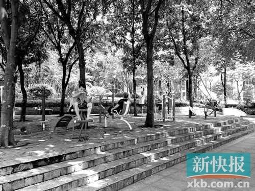 广州一街道10米亮18盏灯 回应称设计经评审通过