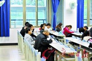 七旬老人高校蹭课考研 称学习是享受(组图)