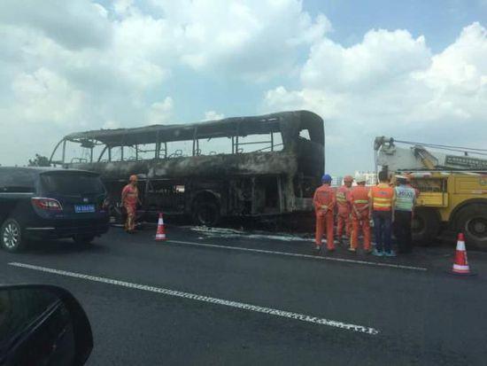 上海一旅游大巴疑因自燃烧成车架 乘客安全疏散