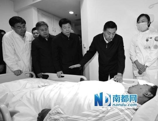 国务委员王勇到青岛大学医学院附属医院看望伤者。新华社发