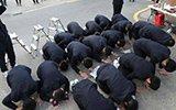 韩国高考严冬中举行 后辈集体跪地磕头助威