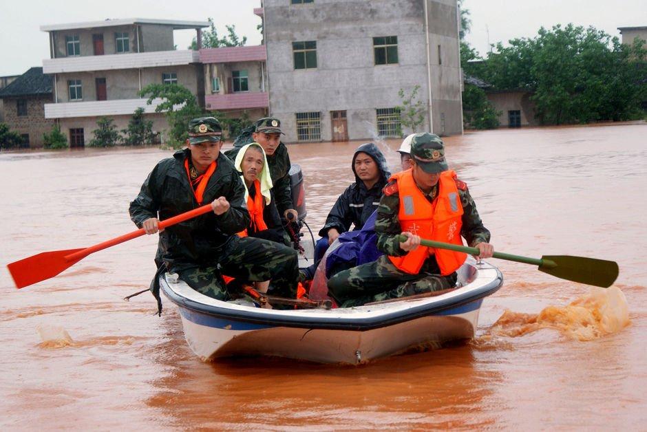 5月22日,武警江西宜春市支队官兵在樟树市义成镇前坑村转移一位被洪水围困的老人。